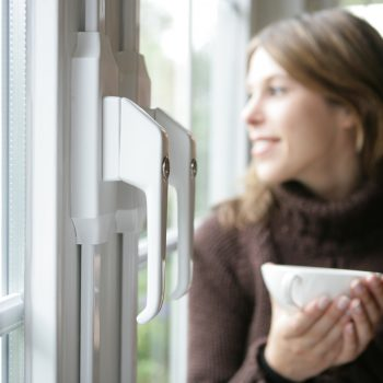 Circa 70% der Einbrüche passiert über die Fenster oder Fenstertüren. FSV von IKON sichert das Fenster auf der Griffseite gegen Hebelversuche und erhöht damit erheblich die Fenstersicherheit.