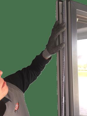 So messen Sie Ihre Fenster aus und bestimmen die nötigen Fenstermaße für eine Pilzkopfverriegelung.